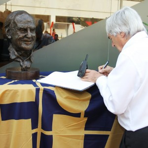 Formula One World Championship 2012, Round 14, Singapore Grand Prix, Singapore, Singapore, Saturday 22 September 2012 - Bernie Ecclestone (GBR) CEO Formula One Group (FOM) writes in a book of condolences for the late Sid Watkins (GBR) Former FIA Safety Delegate.