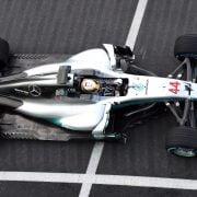 Hamilton rijdt voor het eerst in nieuwe Mercedes