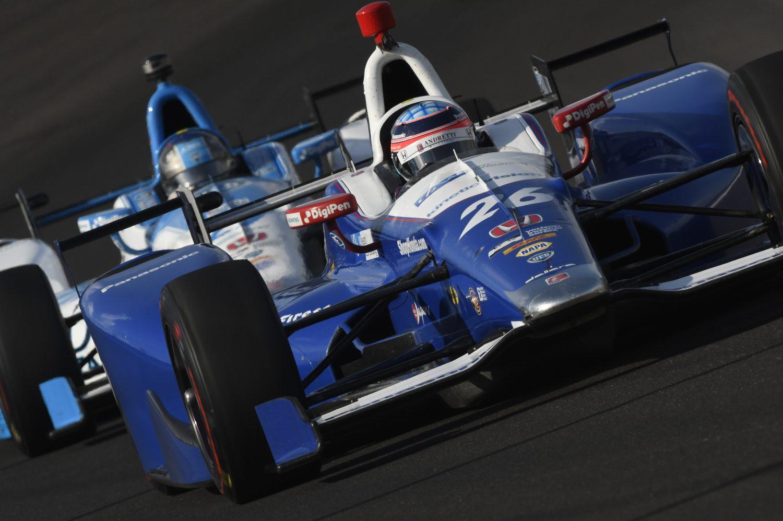 Sato wint Indy 500, Alonso ziet kans op zege in rook opgaan