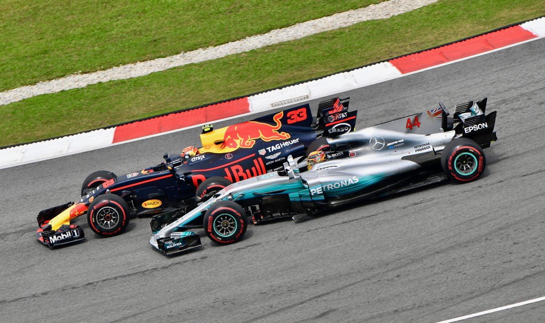 Hamilton: 'Red Bull heeft in potentie de snelste auto voor GP Australië'