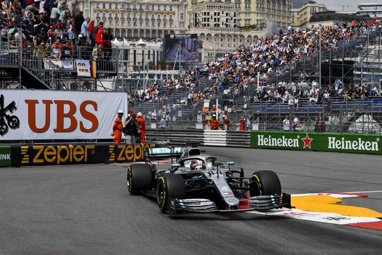VT2: Mercedes domineert in Monaco, problemen voor Verstappen