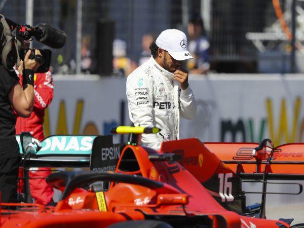 Hamilton start door straf van P4, Verstappen schuift op naar P2