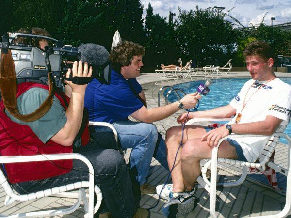 Nooit eerder vertoond beeld: hoe Olav Mol in 1994 Jos Verstappen ondervraagt bij het zwembad
