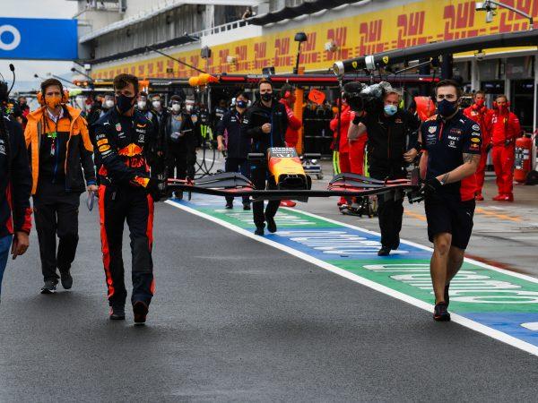 Red Bull-monteurs moesten toegangspassen uitwisselen om auto op grid te herstellen