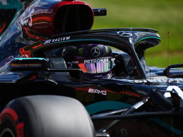 Rust op boordradio Mercedes te midden van de chaos: 'Ehm, het gebeurt ook bij mijn band'
