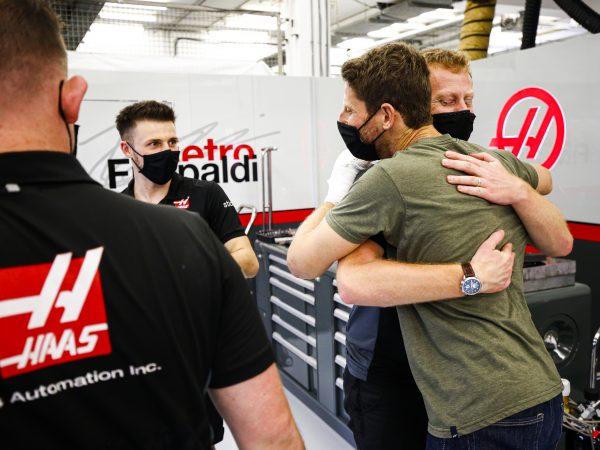 In beeld: Grosjean keert weer terug bij team, bedankt medisch team en brandweerlieden